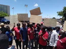 Guinée: une délégation de la CEDEAO huée par des jeunes à l'aéroport de Conakry